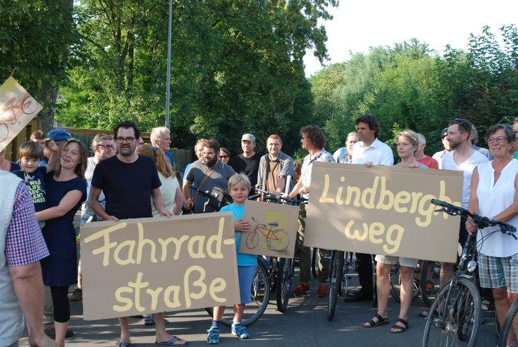 Auftakt zur Unterschriftensammlung am 22. Juli, Kundgebung auf dem Lindberghweg